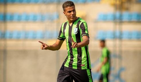 Adaptado ao profissional, Carlos Alberto sonha com Libertadores pelo América-MG e espaço na Seleção