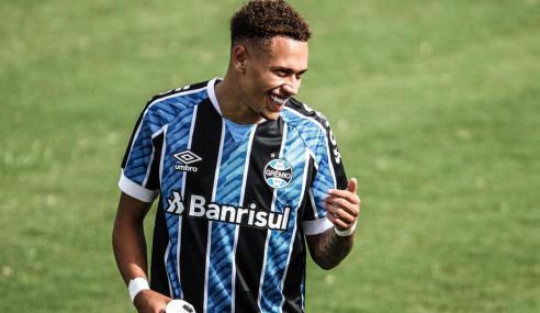 Grêmio exerce opção de compra e assina em definitivo com lateral Vitinho