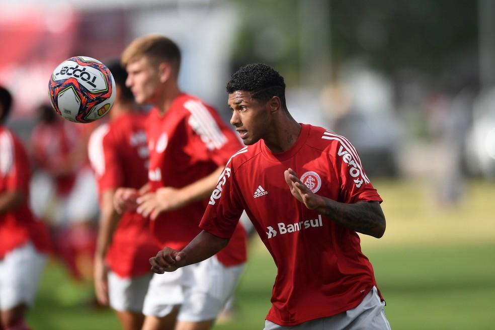 Clube ucraniano negocia a contratação de lateral de 17 anos com o Internacional