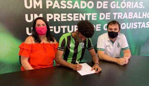 América-MG renova contrato de zagueiro de 16 anos até 2026