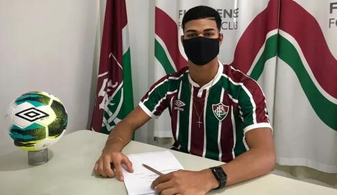 Fluminense firma contrato profissional com artilheiro de 16 anos