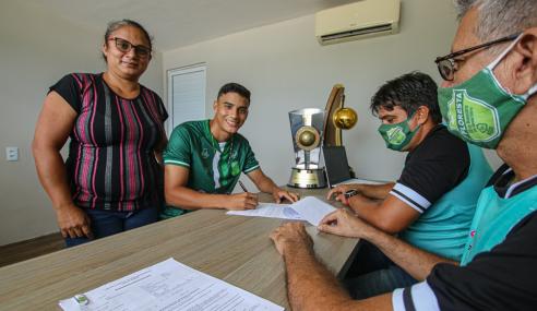 Floresta assina primeiros contratos profissionais com dois atletas da base