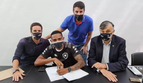 Botafogo assina primeiro contrato profissional com atacante do sub-20