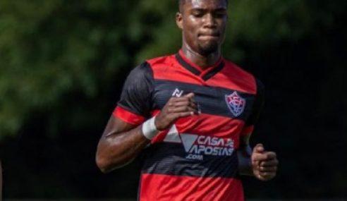 Lateral de 16 anos assina primeiro contrato profissional com o Vitória