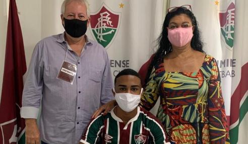 Zagueiro de 16 anos assina primeiro contrato profissional com o Fluminense