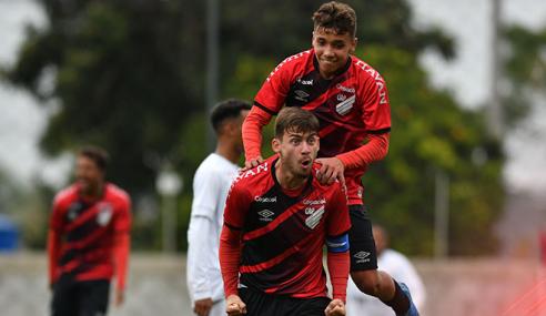 Com show de Emerson, Athletico-PR goleia Santos em sua estreia no Brasileirão Sub-17