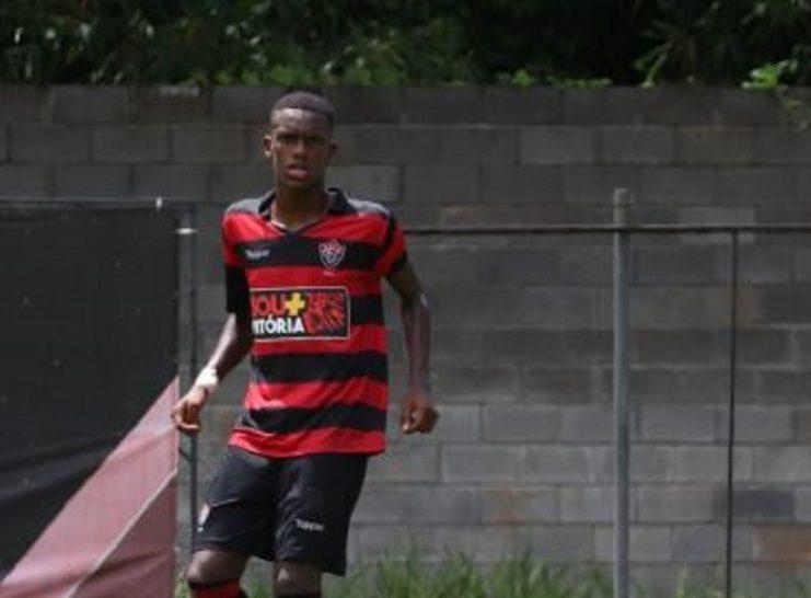 Zagueiro de 19 anos troca Vitória pelo Atlético-GO
