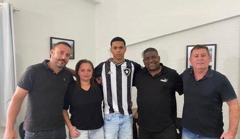 Lateral assina primeiro contrato profissional com o Botafogo