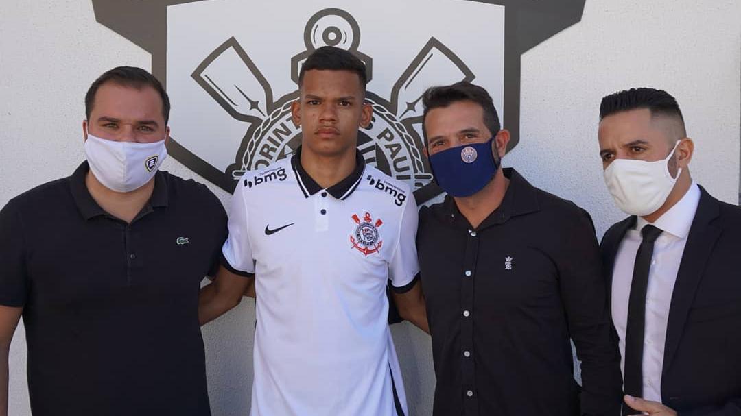 Lateral-direito formado no Ska Brasil assina com o Corinthians