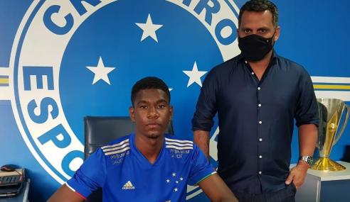 Zagueiro titular do sub-17 assina contrato com o Cruzeiro