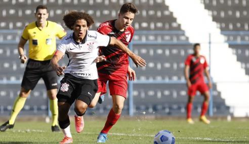 Athletico-PR vence Corinthians e mantém ponta do Grupo B do Brasileirão Sub-17