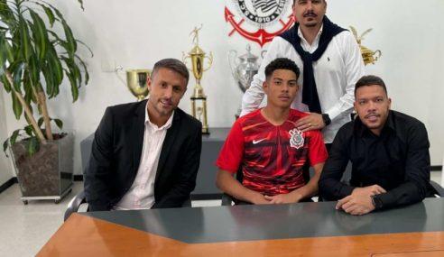 Goleiro assina primeiro contrato profissional com o Corinthians