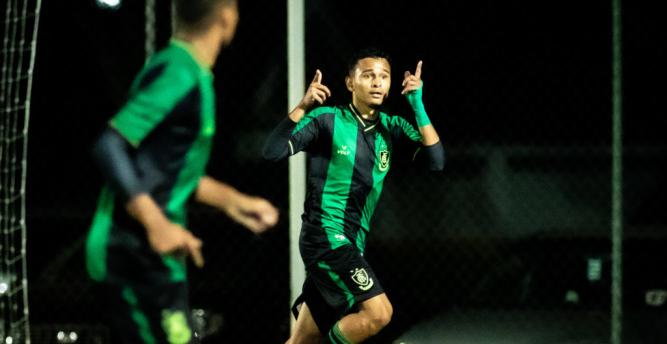 América-MG perde dois pênaltis, mas marca no fim e vence Ceará pelo Brasileirão Sub-20
