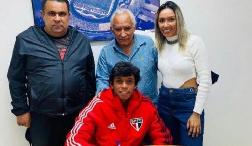 Meia do sub-17 assina primeiro contrato profissional com o São Paulo