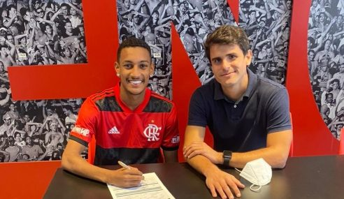 Filho do ex-jogador Beto assina contrato profissional com o Flamengo
