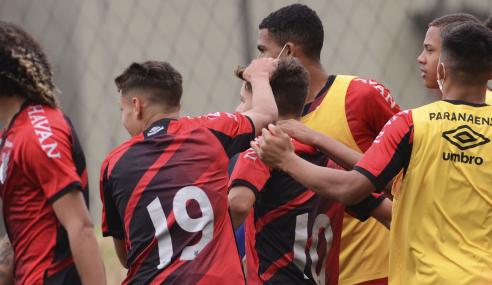 Com dois de Emerson, Athletico-PR vence CRB pelas oitavas da Copa do Brasil Sub-17