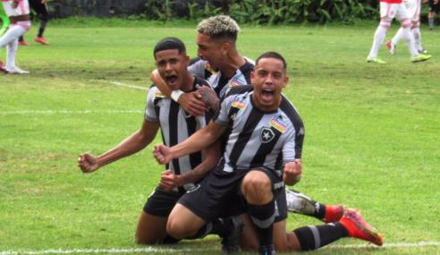 De virada, Botafogo vence Internacional e se aproxima da ponta do Brasileirão Sub-20