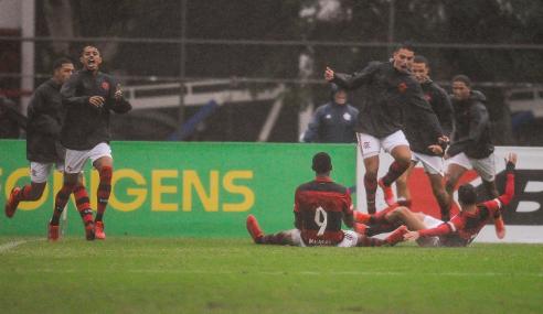 Com um a menos, Flamengo vira e bate Vasco pelo Brasileirão Sub-20