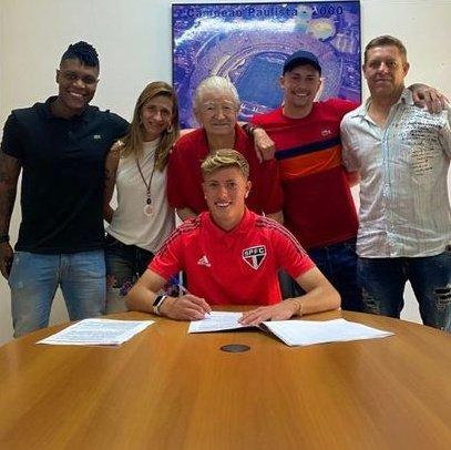 São Paulo assina primeiro contrato profissional com meia do sub-17