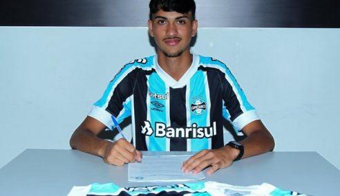 Zagueiro assina primeiro contrato profissional com o Grêmio